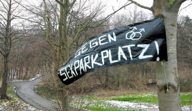 Banner-Plakat und Nägel am Parkplatz an der A45 - Fresh